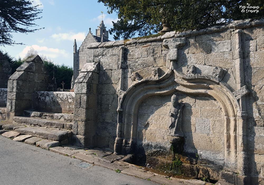 Echaliers et fontaine de l'église Saint Ivy