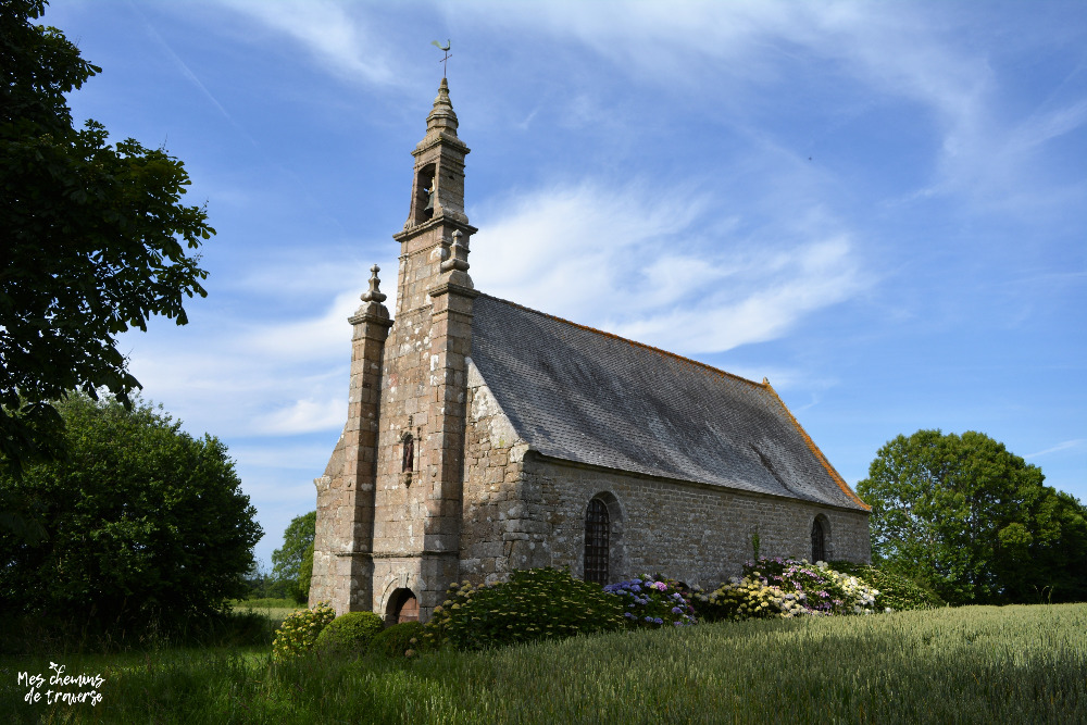 la chapelle Saint Cado dans son écrin de verdure à Ploumilliau, Trégor