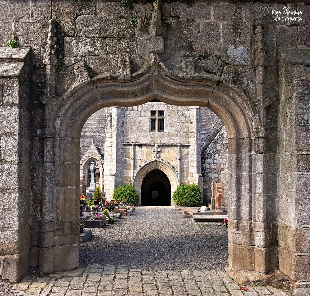 porche d'entrée de l'église de Loguivy lès Lannion