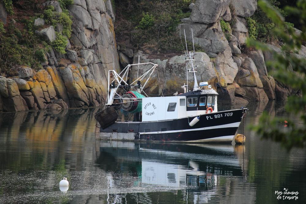 bateau de pêche et son reflet dans l'estuaire du léguer, bretagne