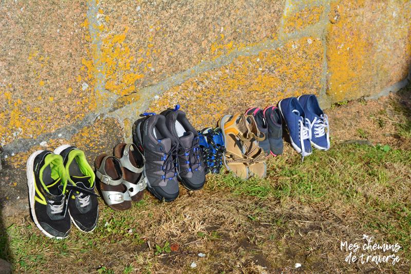 brochette de chaussures qui sèchent au soleil