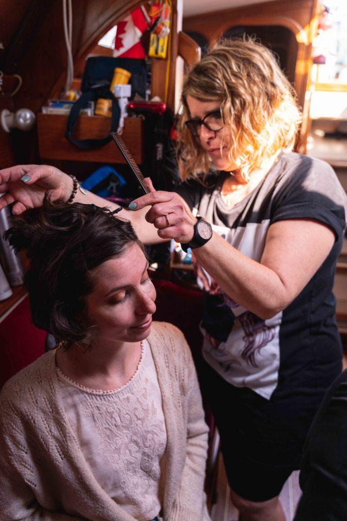 Artisan coiffeur paimpol coiffe la mariée dans le bateau