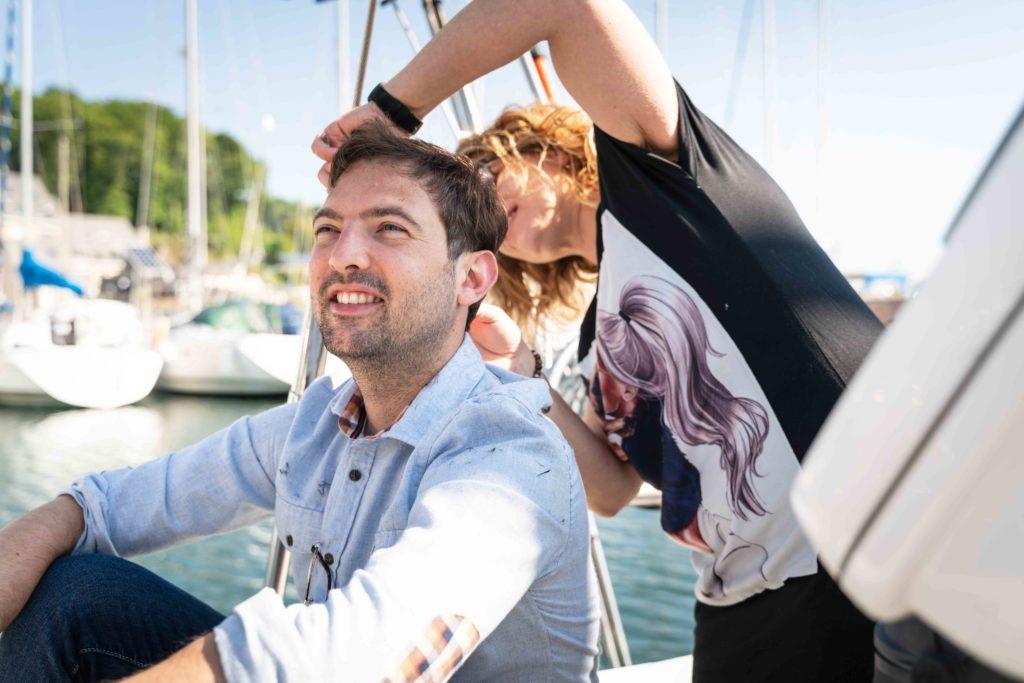 Artisan coiffeur paimpol coiffe le marié sur un bateau