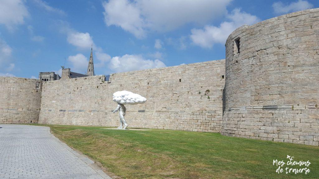 L'arpenteur au pied du chateau Pierre II à Guingamp